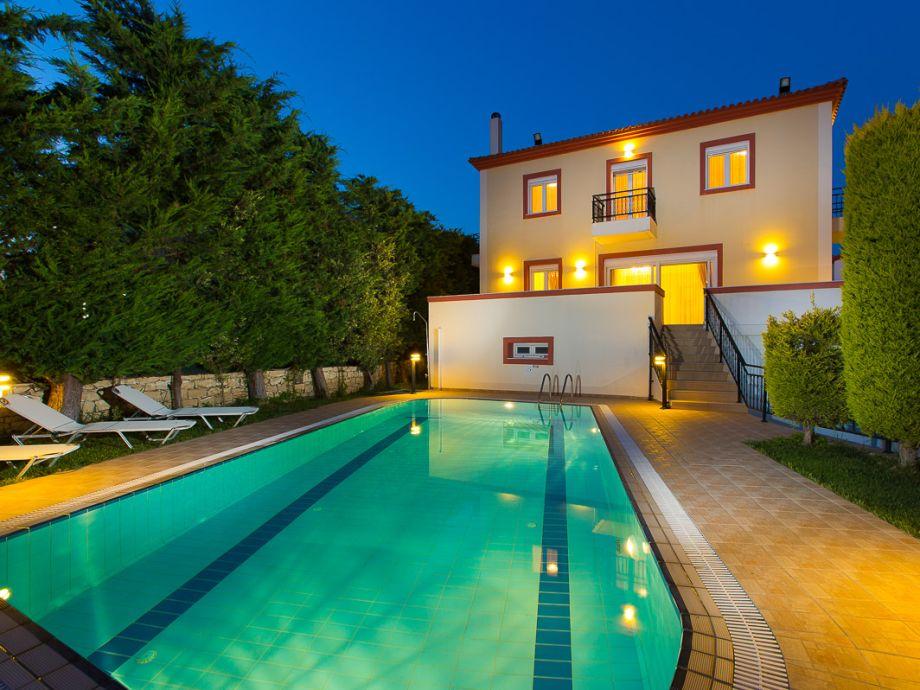 Blick aufs Ferienhaus vom Poolbereich