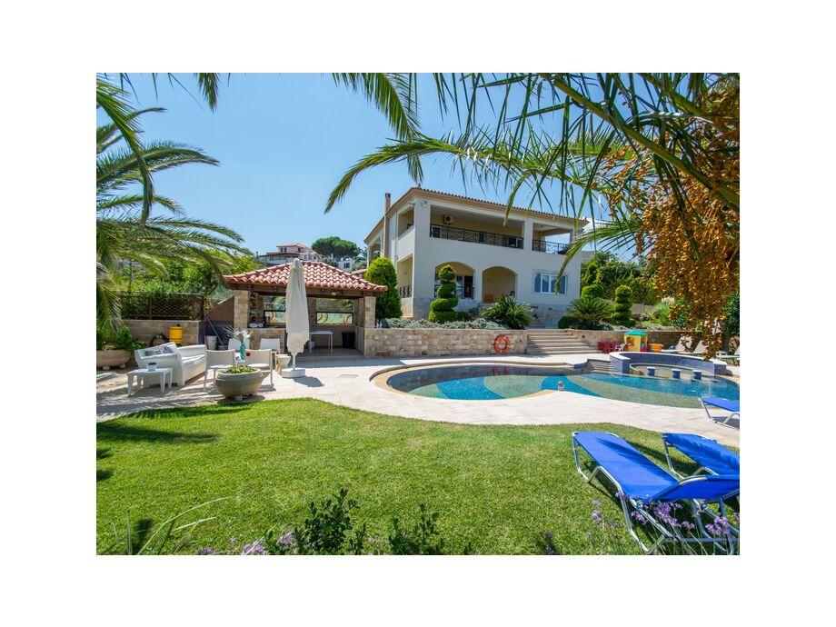 Das Ferienhaus Liston Villa mit herrlichem Poolbereich mit Sonnenliegen