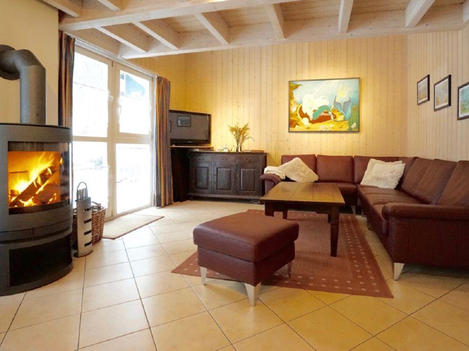 Wohnzimmer mit modernem Kamin