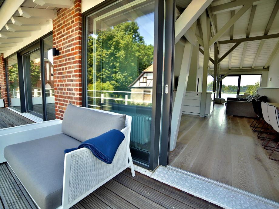 Balkon mit Sonnenmöbeln