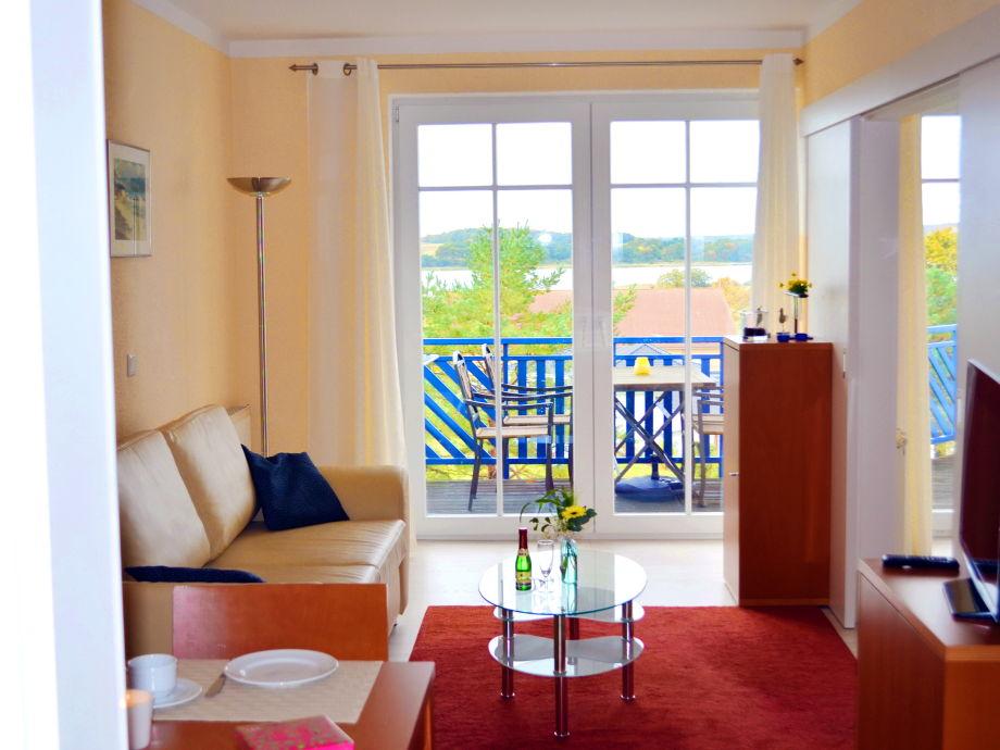 Wohnraum mit Balkon und Seeblick