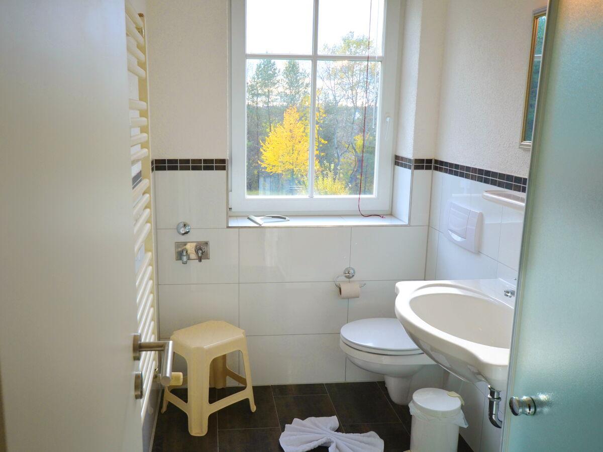 Separates Schlafzimmer mit viel Platz und Licht Badezimmer
