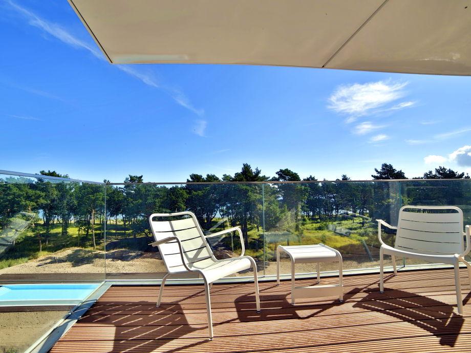 Terrasse mit Sommermöbeln und Blick auf Pool und Meer
