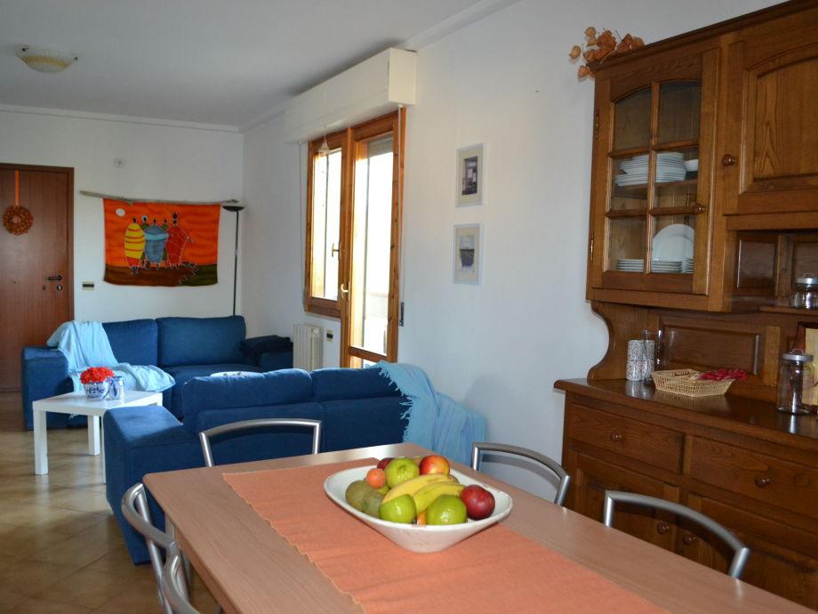 Blick von der Küche aus ins Wohnzimmer