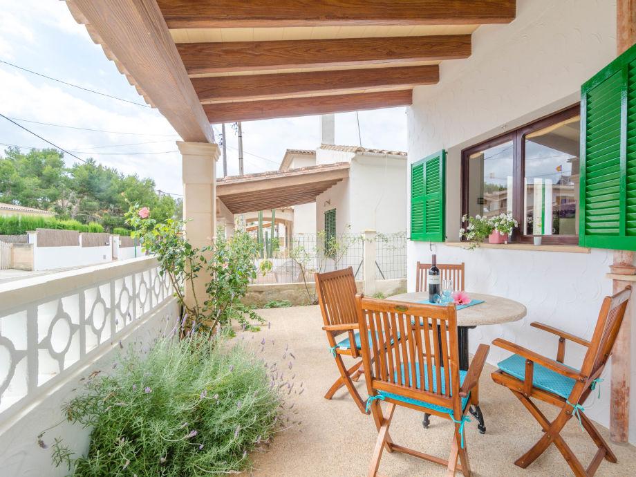 Terrasse mit einem schönen Esstisch