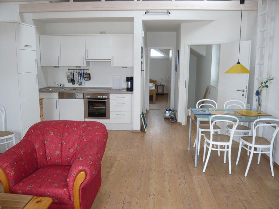 Hell und freundlich: Wohn- und Essbereich, offene Küche