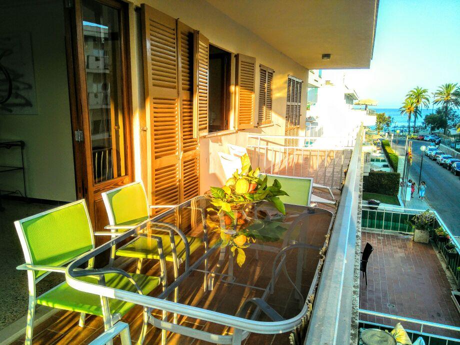 Sonnenuntergang mit Blick auf Strand und Palmen