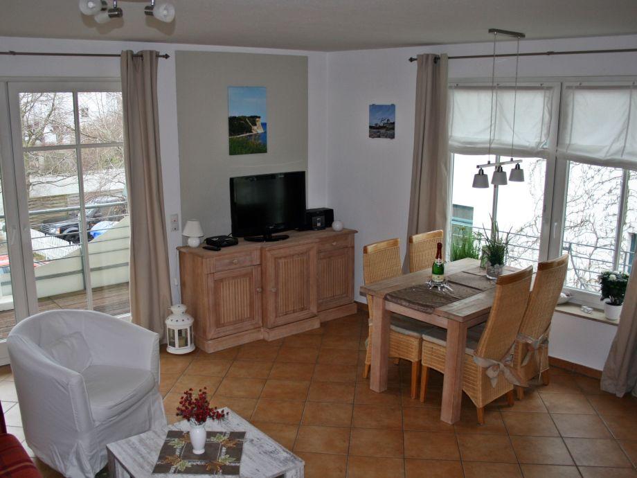 Wohnzimmer mit nach Süden ausgerichtetem Balkon