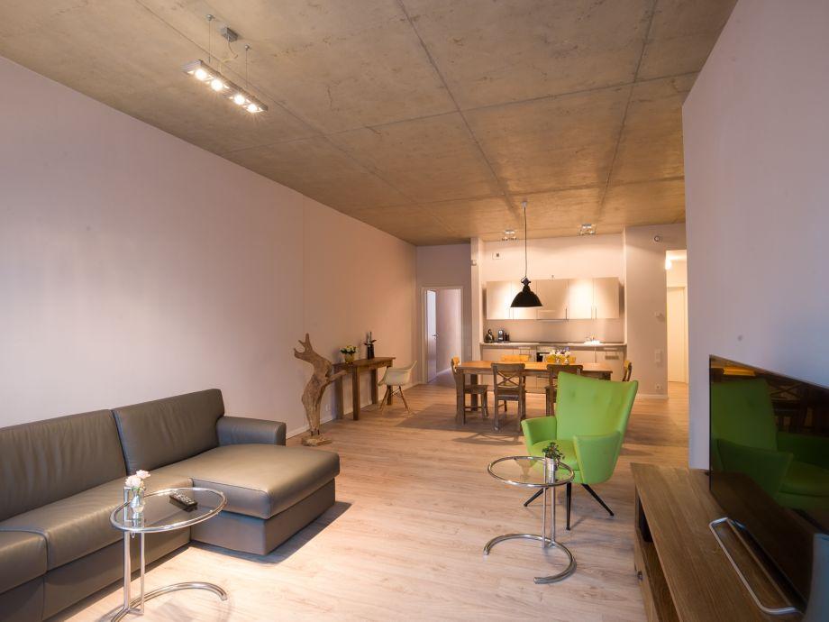 Wohn-/Essbereich mit ital. Sofa und Flachbildschirm