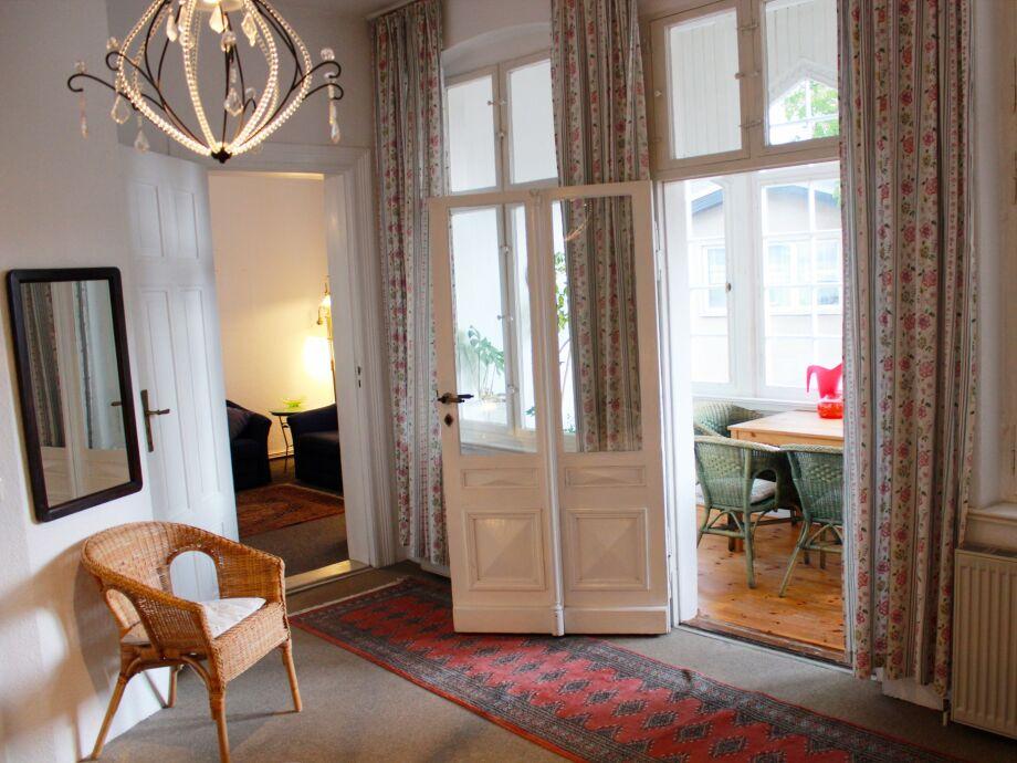 Schlafzimmer mit Blick auf Veranda und Wohnzimmer