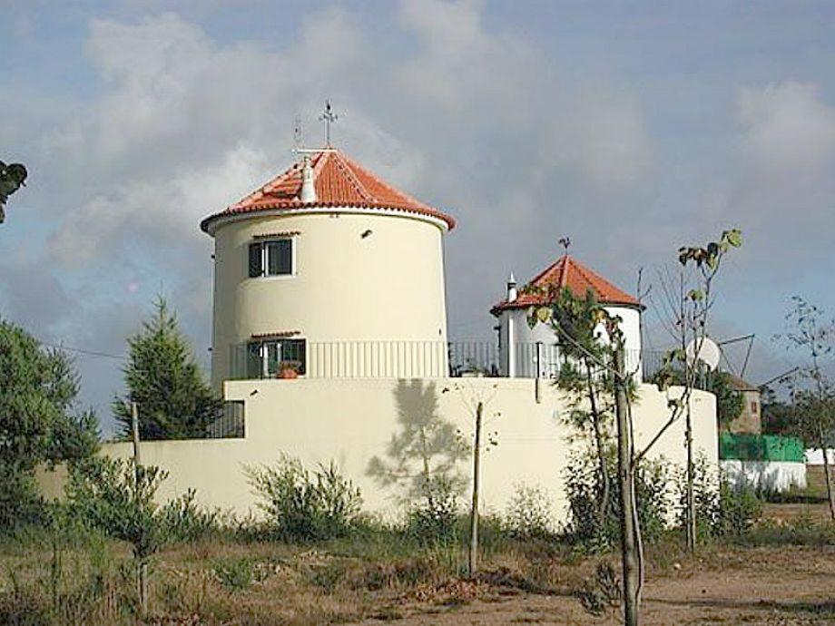 zwei blickgeschützte Windmühlen nebeneinander