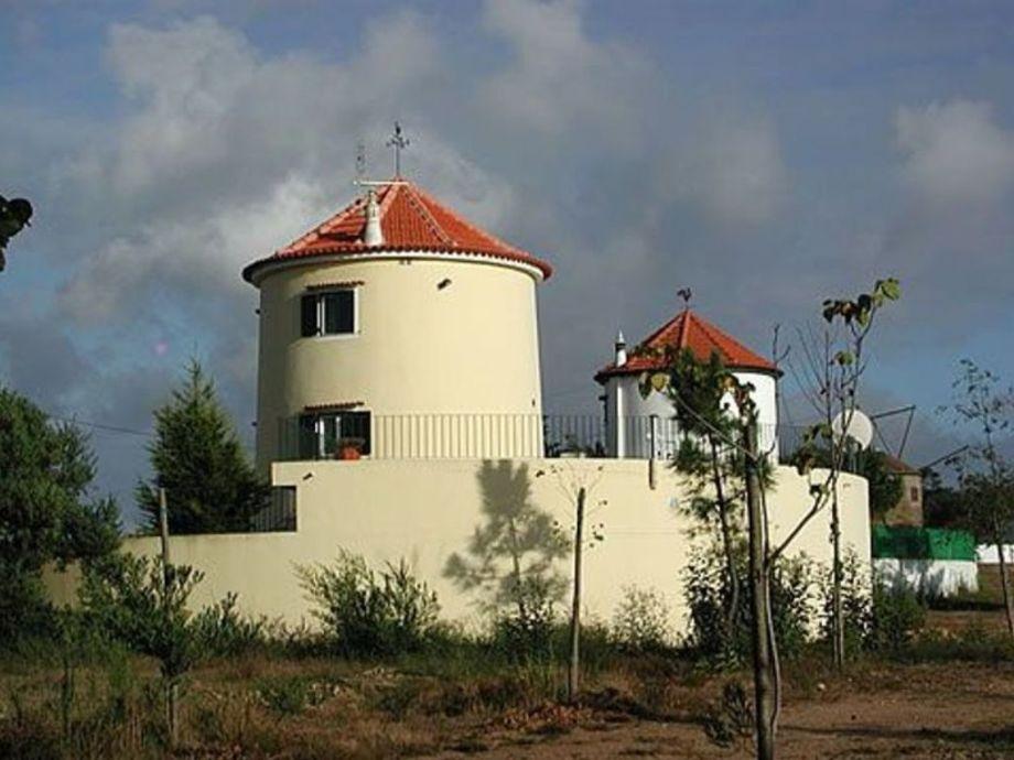 zwei blick geschützte Windmühlen nebeneinander