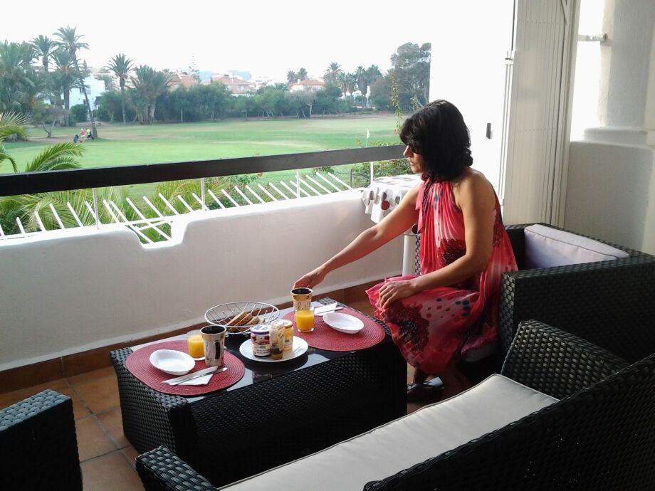 Frühstück auf dem Balkon mit Blick auf den Golfplatz