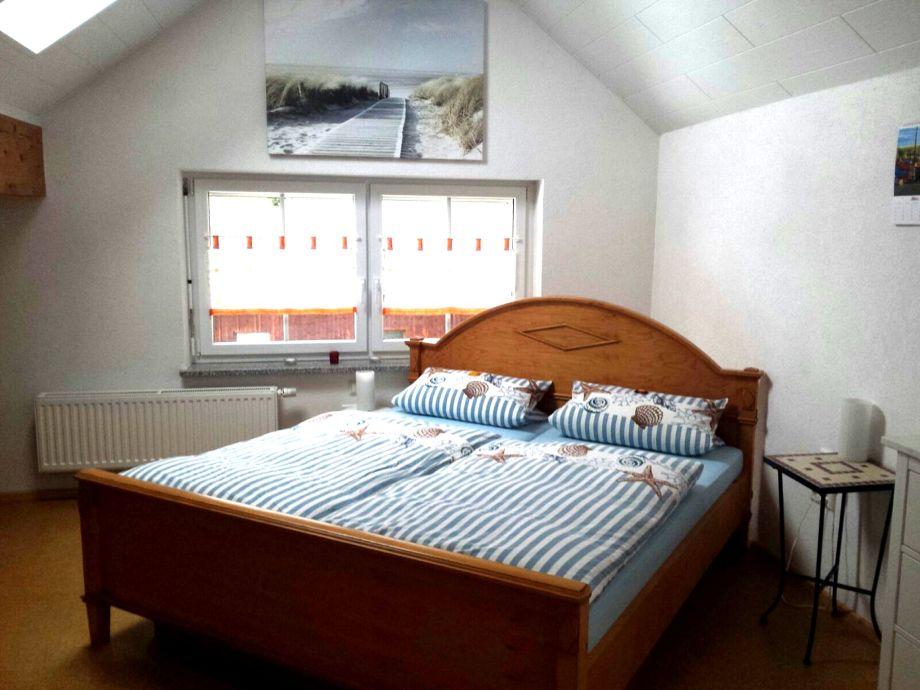 Schlafzimmer, Doppelbett unter Dachfenster zum Himmel