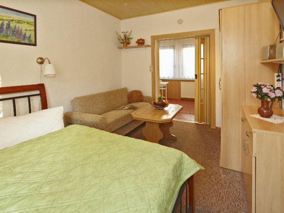 das kombinierte Wohn-Schlafzimmer, Blick in die Küche