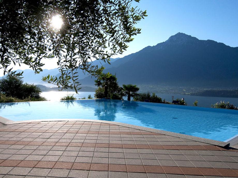 Der Poolbereich mit Blick aufs Wasser