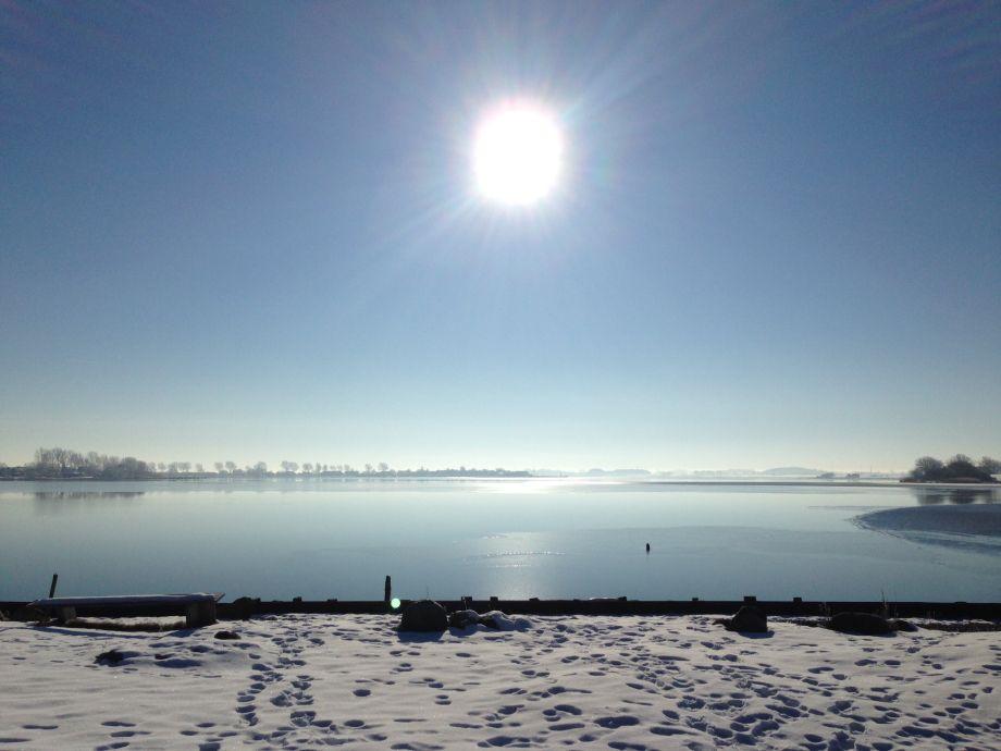 Ufergrundstück im Winter