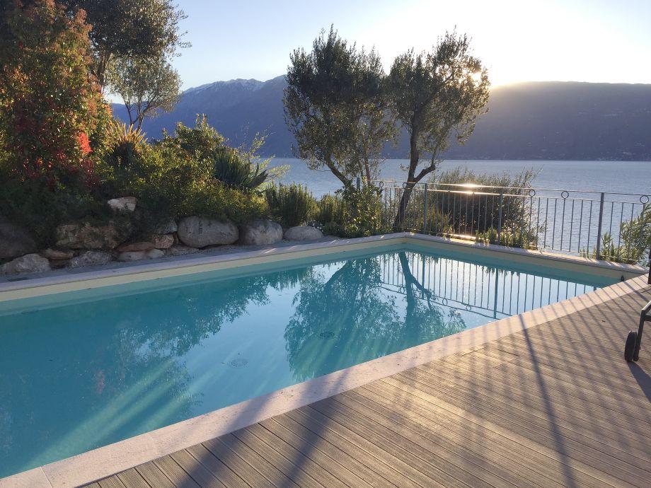 Der wunderschöne Pool mit Aussicht auf das Meer