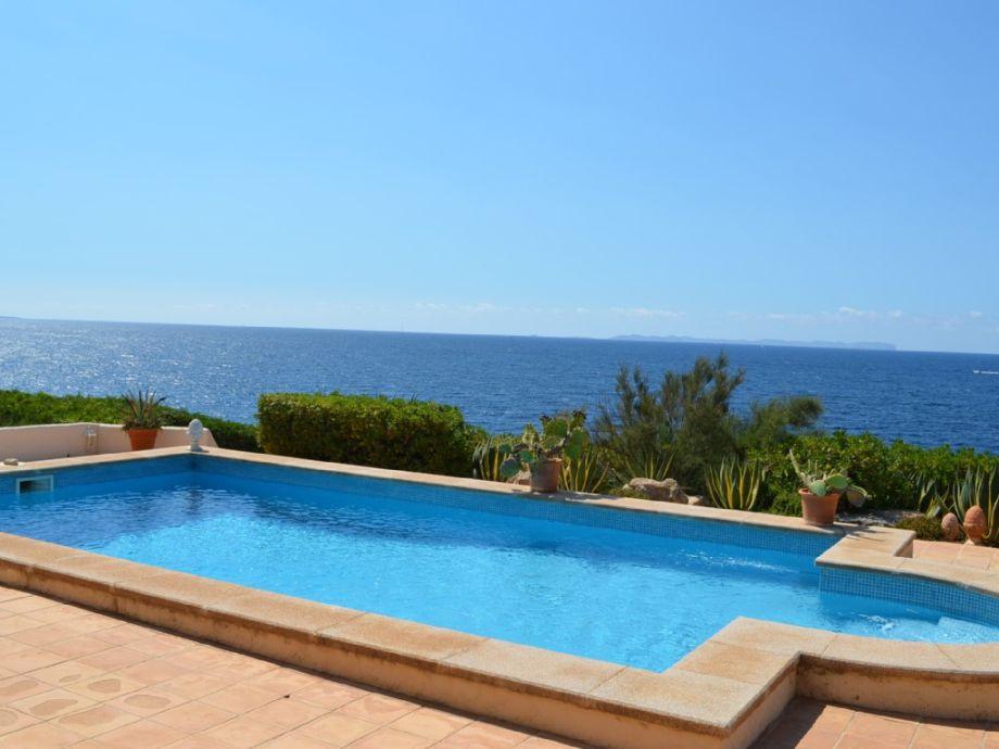 Terrassenblick über den Pool auf das offene Meer