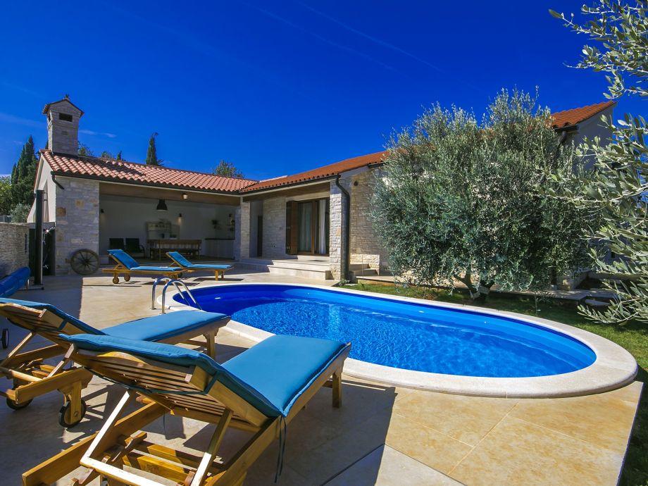 Pool, Garten und Sommerküche mit Grill und Terrasse