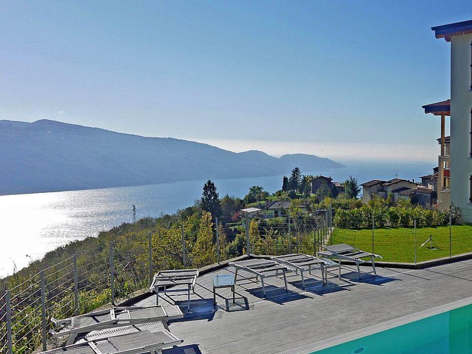 Blick vom Poolbereich auf den Gardasee
