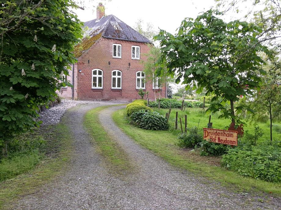 Einfahrt zum Druidenhain Hof Neudamm.