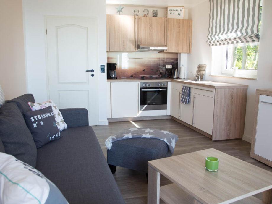 Das Wohnzimmer mit integrierter Küche