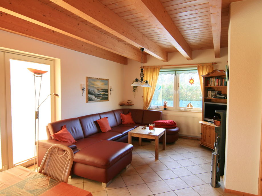 Wohnbereich mit Kaminofen und Flachbild TV