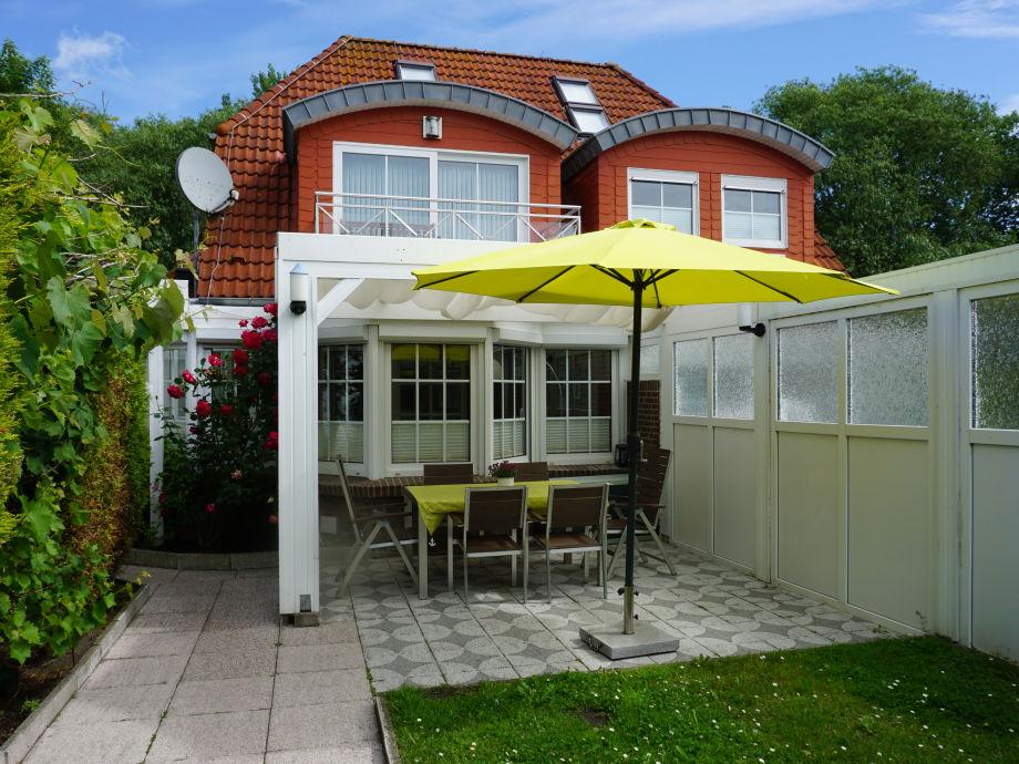 Terrasse mit neuen Gartenmöbeln