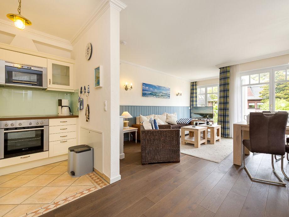 sonniger Wohnbereich mit integrierter Küche