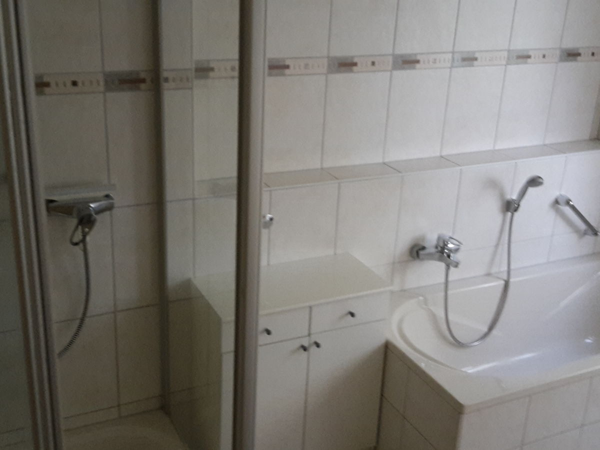 Ferienwohnung amira europa park kaiserstuhl frau amira - Badezimmer mit dusche und badewanne ...