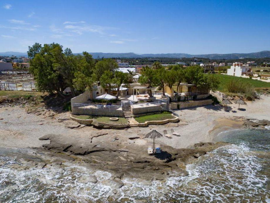 Blick auf die Villa und den Strand