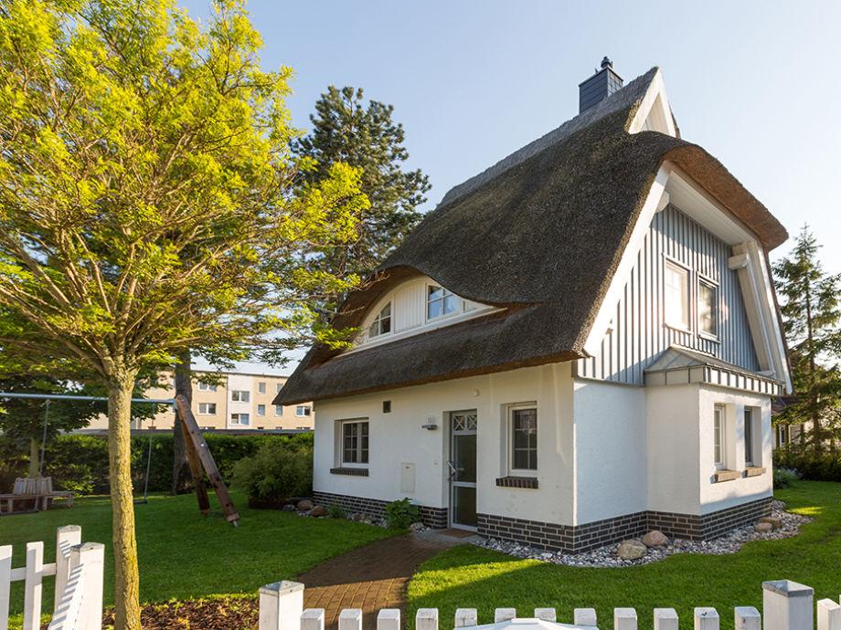 freistehendes Reetdachhaus auf eingezäuntem Grundstück