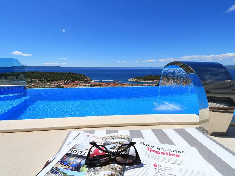 Der Pool mit Sonnenliegen und Meerblick