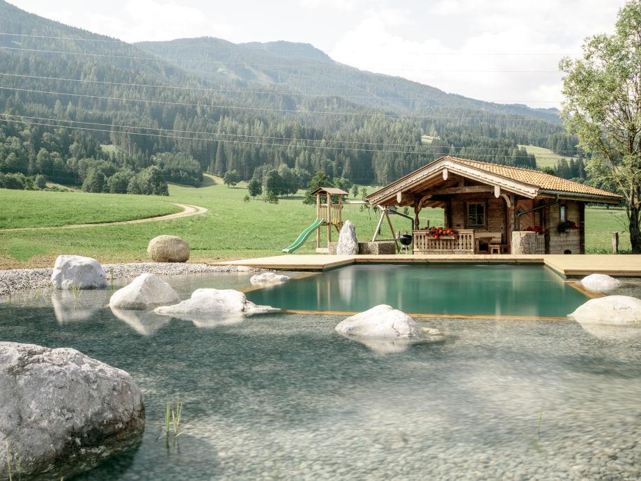 Naturschwimmteich mit Grillhütte, offener Feuerstelle