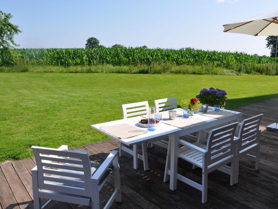 Terrasse mit Blick auf den Garten und die Felder
