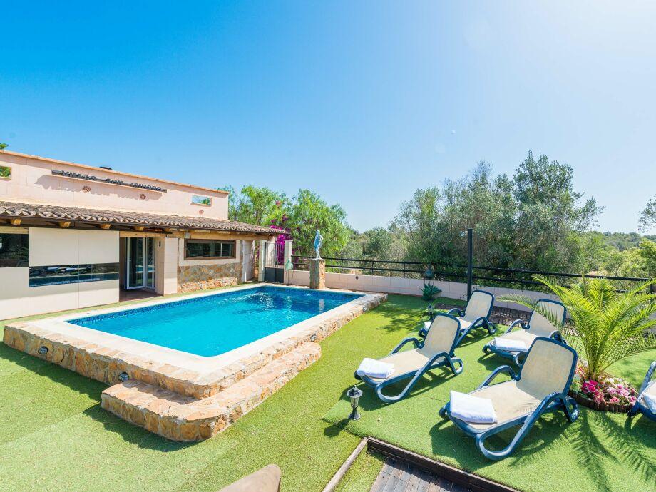 Gepflegter Garten mit Pool und Sonnenliegen
