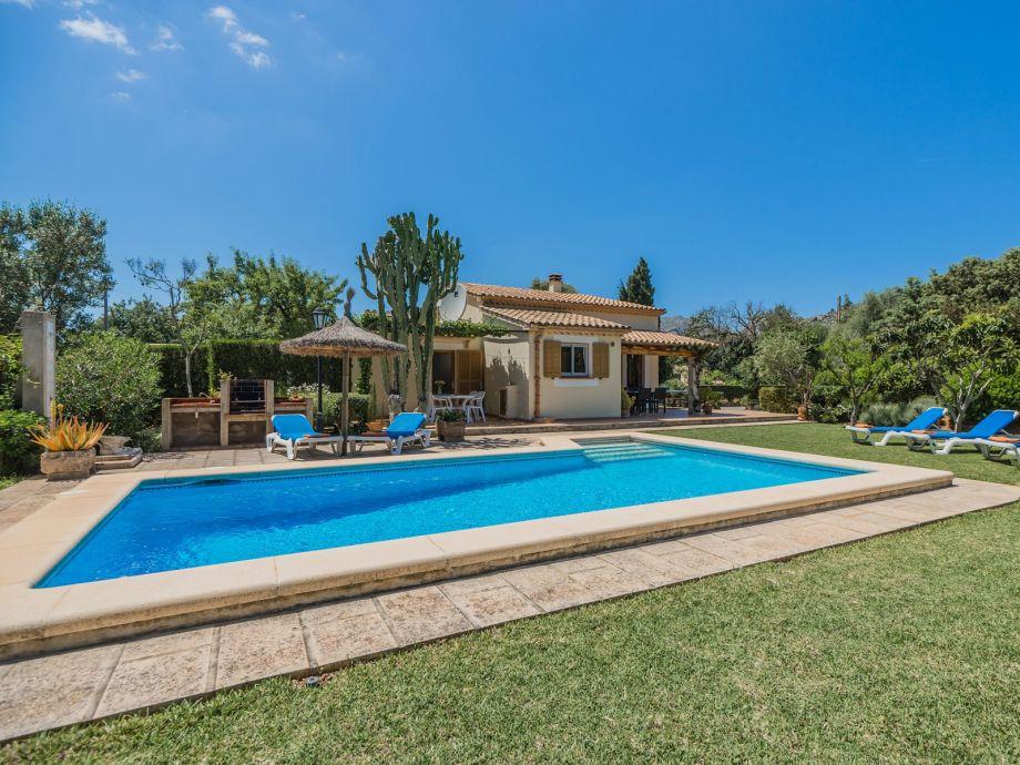 Außenansicht mit Garten und Pool