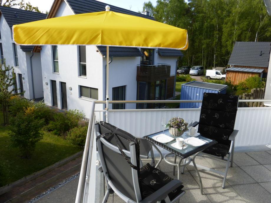 Südbalkon mit Balkonmöbeln + Sonnenschirm