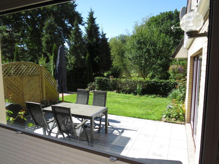 Blick vom Esstisch in den Garten