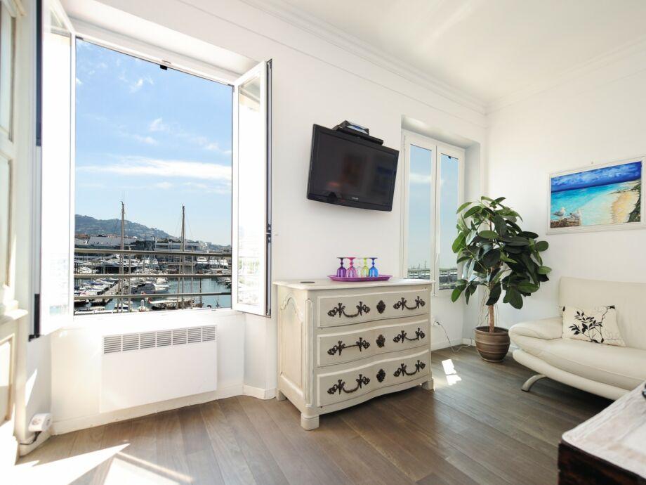 Großes, modernes Wohnzimmer