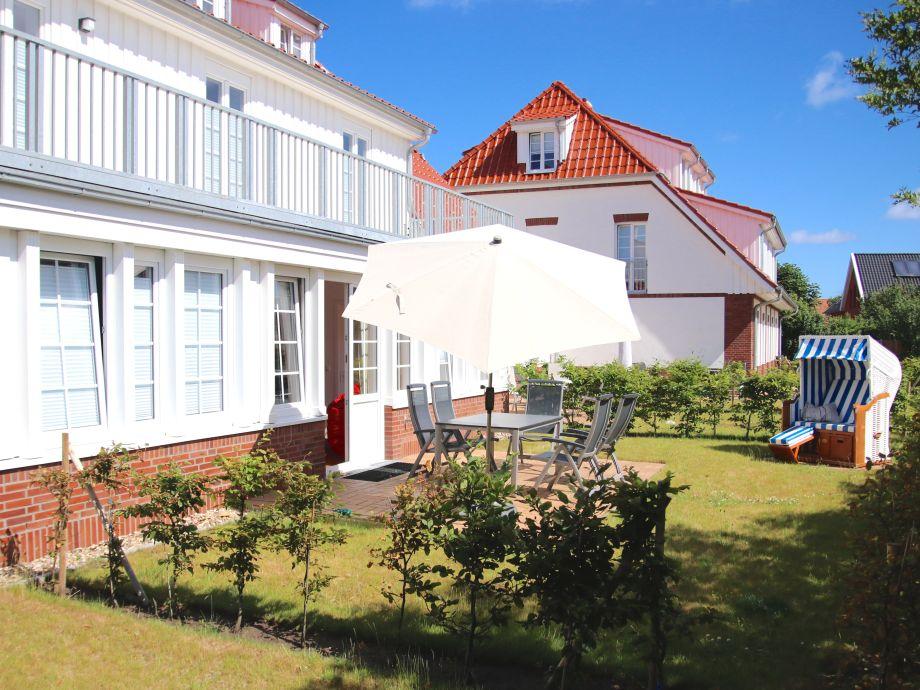 Privater Garten mit Süd-Ost-Terrasse und Strandkorb