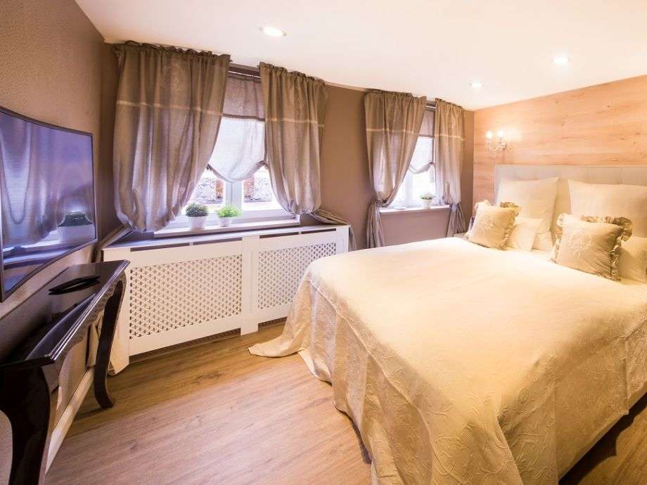 Schlafzimmer 1  mit Boxsprinbett und Curved TV
