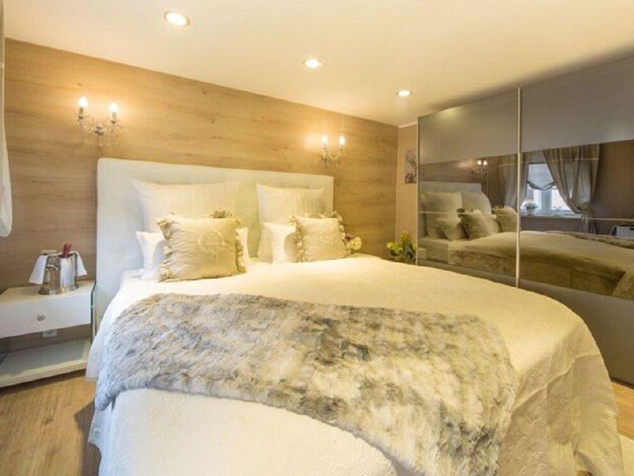 Schlafzimmer 1 mit großem Kleiderschrank