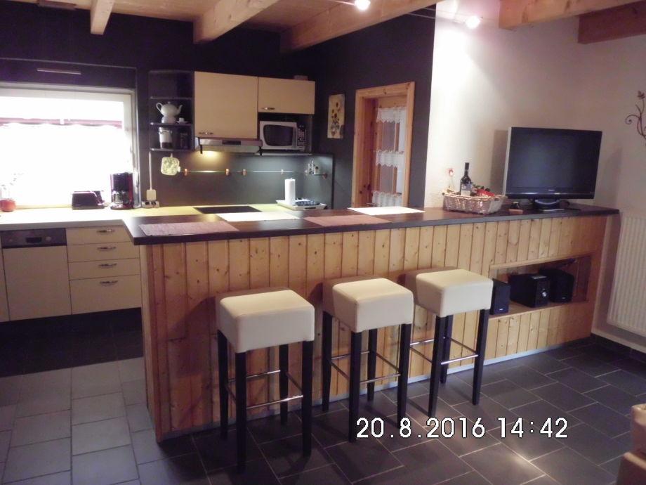 Küche mit Esstresen,Wohnraum mit Flachbildfernseher usw