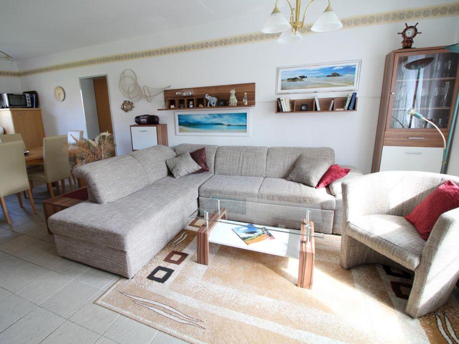 Die bequeme Couch lädt zum Entspannen ein.