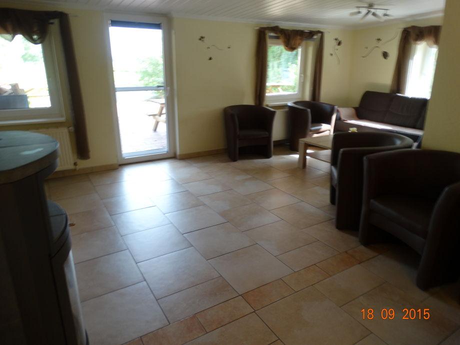 Blick vom Küchenbereich zum Wohnzimmer und Terassentür
