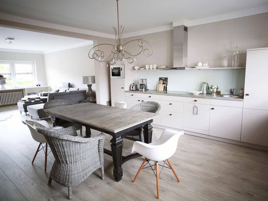 Hauptraum mit der Küche und Essbereich