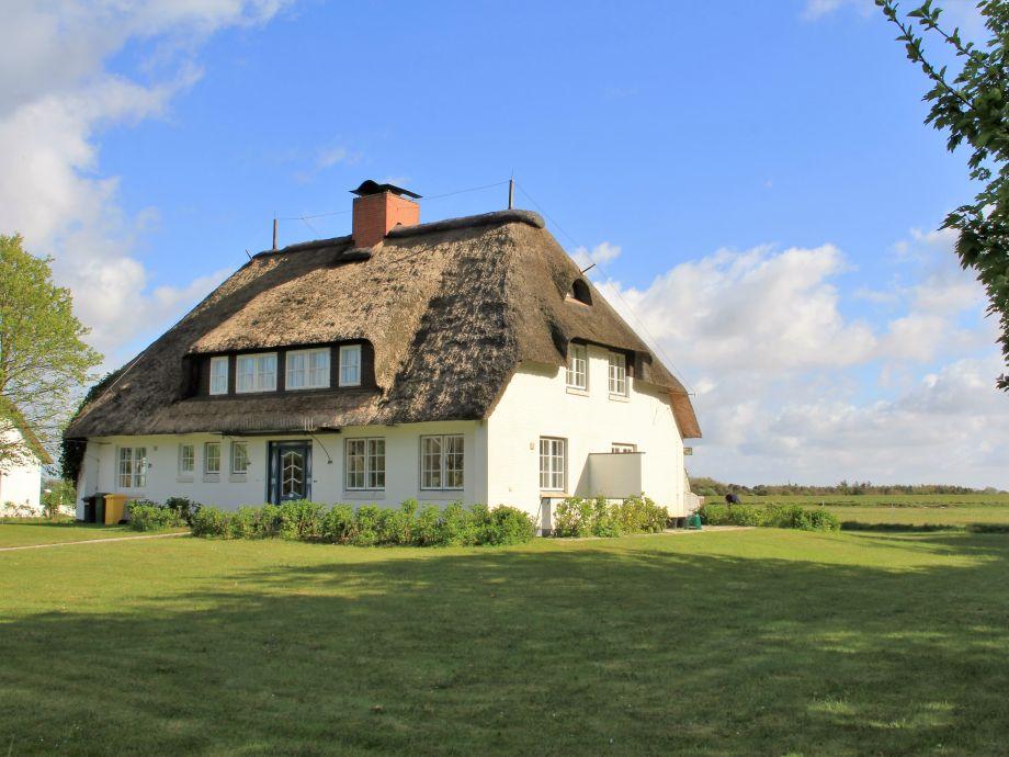 Blick vom Westerheideweg auf das Haus und den Garten