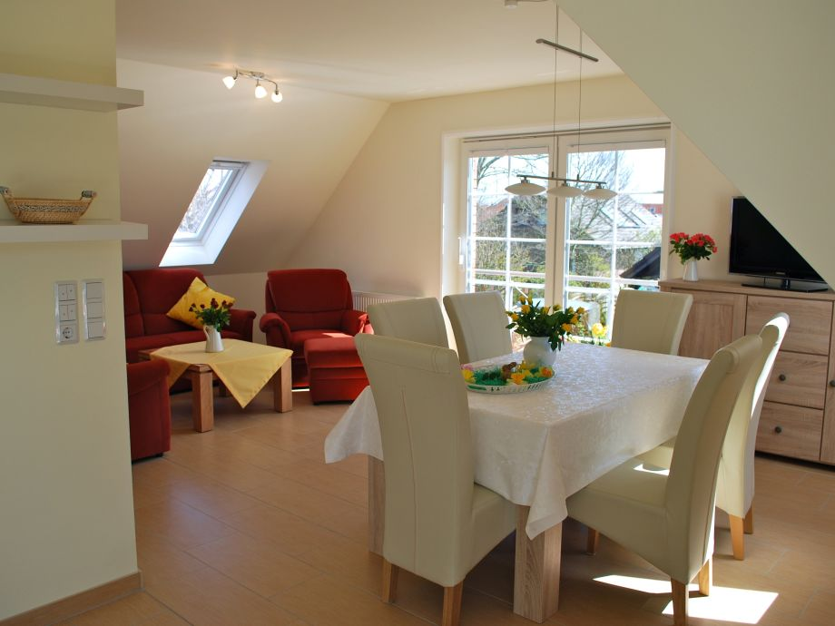 Blick ins Wohn- Esszimmer mit Zugang zum Balkon